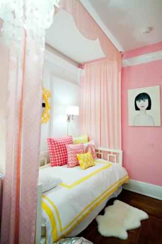 Roz si galben combinatie de culori pentru amenajarea unui dormitor de fete