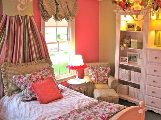 Stil cottage de amenajare a unei camere de fetite cu mobila alba si pereti roz cu crem