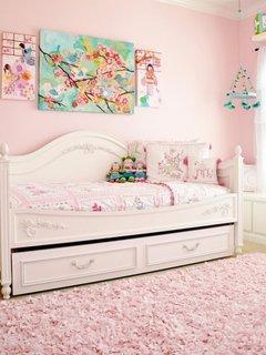 Varianta de decorare cu culoarea roz pentru un dormitor mic de copii
