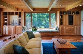 Living placat cu lemn masiv si plafon fals cu lemn