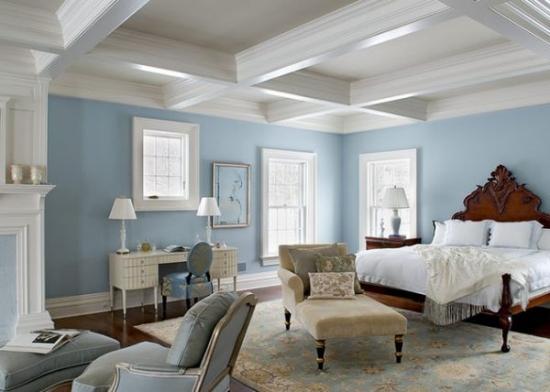 Tavan alb casetat zugraveala bleu si mobila clasica pentru dormitor