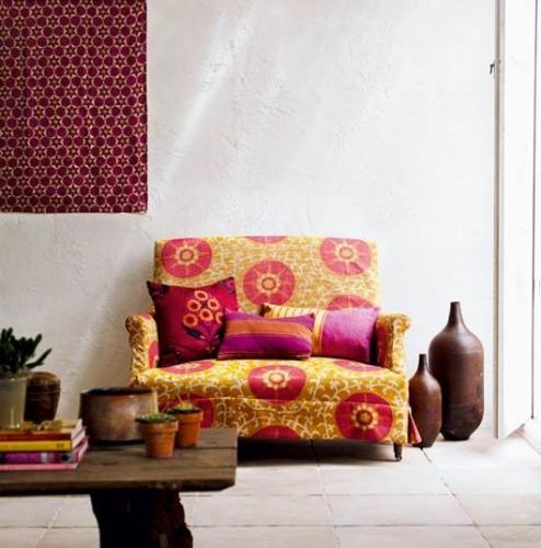 Canapea de o persoana si pernute decorative cu imprimeuri combinate