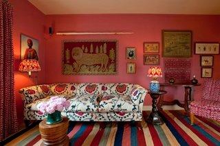 Living rosu decorat in stil oriental