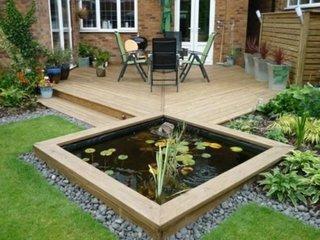 Gradina cu piscina arteziana in fata casei