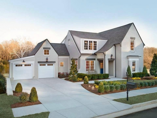 Casa cu fatada alba si acoperis gri
