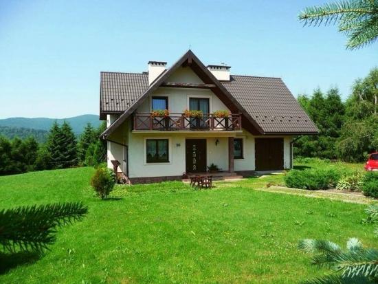 Casa cu structurata alba la exterior stil rustic
