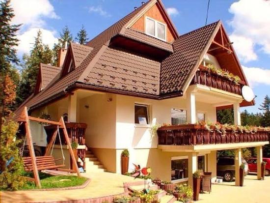 Model fatada casa cu etaj si balcoane din lemn