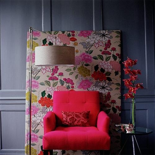 Fotoliu rosu cu perna decorativa