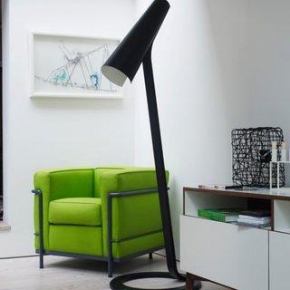 Lampa moderna neagra si fotoliu modern verde prazuliu cu cadru metalic