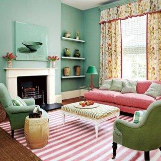 Living cu fotolii clasice verzi si canapea roz