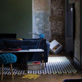 Living cu scaun si canapea cu husa crosetata