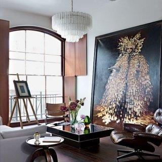 Living cu tablou imens pe perete si fololiu recliner din piele