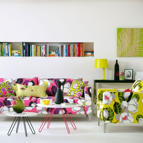 Living tropical cu canapea si fotolii cu imprimeuri florale indraznete