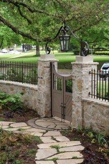 Gard bordurat cu piatra si fier forjat