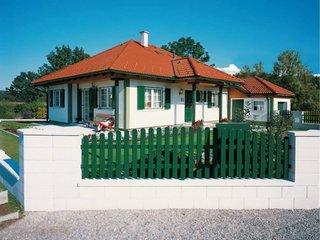 Gard cu soclu alb si uluca verde