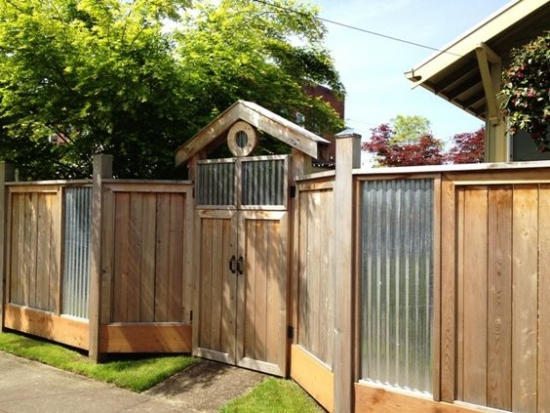 Gard din uluca de lemn si tabla cutata