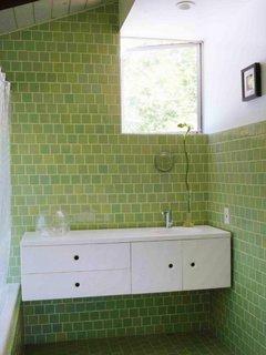 Baie mica placata cu gresie si faianta verde de aceeasi culoare