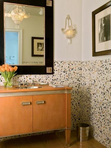 Faianta cu picatele colorate aplicata pe jumatate de perete si gresie ce imita parchetul