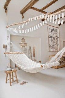 Amenajare rustica si boema cu alb si lemn natur