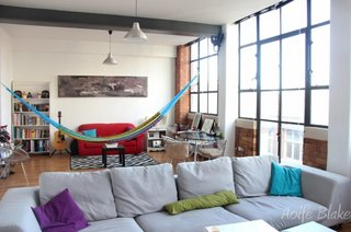 Stil modernist in living cu ferestre inalte