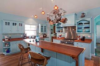 Hota de bucatarie placata cu lemn culoarea mobilierului
