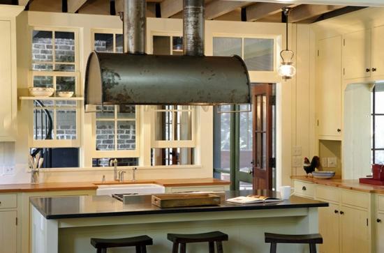 Model artizanal de hota de bucatarie metalica cu conduct de evacuare
