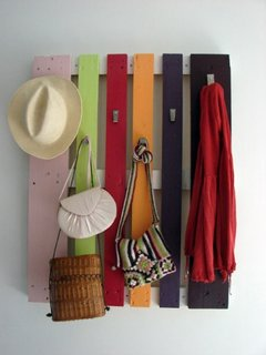 Fost palet din lemn transformat in cuier vopsit multicolor