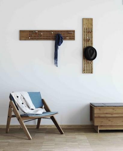 Panou din lemn cu gauri si carlige pentru agatat hainele