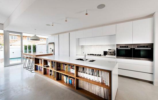 Bucatarie cu corpuri de mobilier alb pe intreg peretele