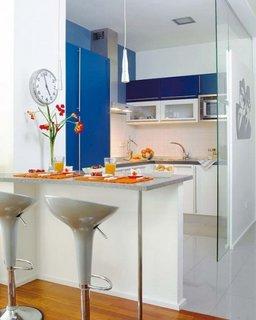 Bucatarie in apartament studio despartita de perete de sticla si bar ca si masa