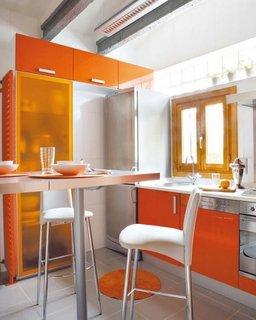 Bucatarie mica portocalie cu masa inalta argintie