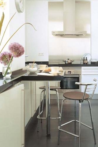 Idee de prelungire a blatului de la mobila de bucatarie pentru a fi folosit ca masa