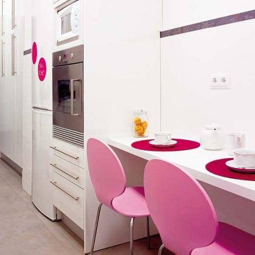 Masa dreptunghiulara suspendata pe perete in bucatarie si scaune roz