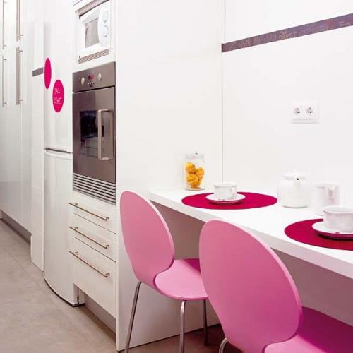 Masa dreptunghiulara suspendata pe perete cu doua scaune roz
