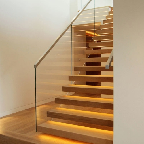 Model modern de scara de interior din lemn si sticla