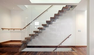 Scara cu cadru metalic trepte din lemn masiv si balustrada tip panou de sticla