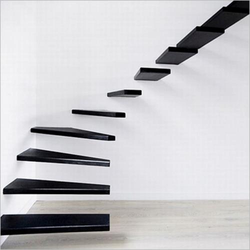 Scara cu design futurist cu trepte suspendate
