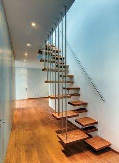 Scara cu trepte din lemn asimetrice mana curenta si balustrada din inox