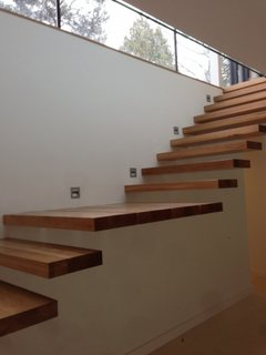 Scara cu trepte din lemn masiv prinse in perete si spoturi led