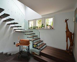 Scara cu trepte suspendate de culoare wenge si balustrada de sticla