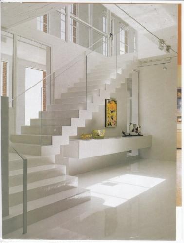 Scara de interior alba cu contratrepte finisaj lucios si balustrada de sticla si metal alb