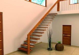Scara de interior cu trepte suspendate pe perete si balustrada din lemn si balustri din inox
