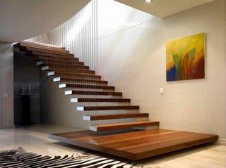 Scara interioara moderna din lemn prinsa cu corzi din otel
