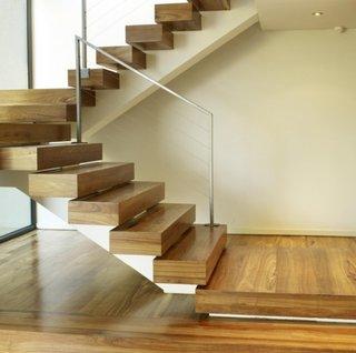 Scara moderna cu trepte groase din lemn masiv si balustrada din aluminiu