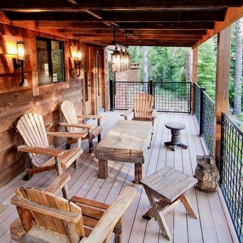 Model rustic de pergola din lemn in prelungirea casei