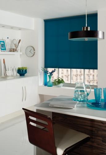 Bucatarie alba cu fereastra cu roleta textila albastru paun
