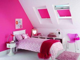 Dormitor la mansarda pentru fetite cu perete rosu si rolete textile asortate