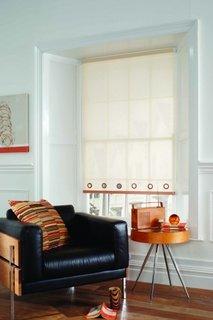 Living modern cu roleta textila simpla alba pentru fereastra