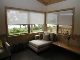 Model de rolete textile translucide imprimeu alb pentru ferestre living modern