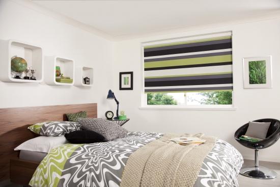Model de stor textil pentru dormitor in dungi orizontale culoare havana si lime